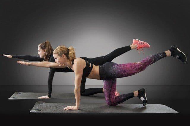 deux femmes font de la gymnastique