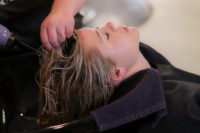 une femme se fait laver les cheveux